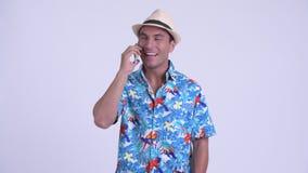 Hombre turístico hispánico feliz joven que habla en el teléfono metrajes