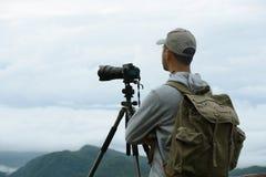Hombre turístico joven con la mochila Foto de archivo libre de regalías