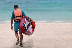 Hombre turístico que disfruta del soporte encima del tablero de paleta o de la tabla hawaiana en t fotografía de archivo
