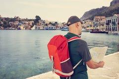 Hombre turístico que mira el mapa Foto de archivo libre de regalías