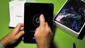 Hombre unboxing desempaquetando el nuevo iPad de los Apple Computer favorable metrajes
