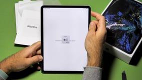 Hombre unboxing desempaquetando el nuevo iPad de los Apple Computer favorable almacen de metraje de vídeo