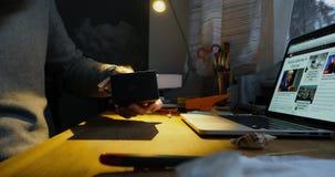 Hombre unboxing desempaquetando el reloj de Braun almacen de metraje de vídeo