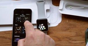 Hombre unboxing el ordenador usable del smartwatch del nuevo reloj de Apple metrajes