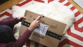 Hombre unboxing el paquete dañado prima del Amazonas almacen de video