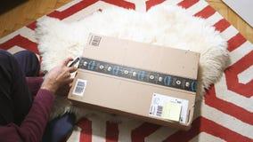 Hombre unboxing el paquete dañado prima del Amazonas almacen de metraje de vídeo