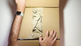 Hombre unboxing la caja de cartón del Amazonas con NVidia Quadro RTX5000 almacen de video