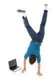 Hombre upside-down usando la computadora portátil Fotografía de archivo