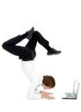 Hombre upside-down usando la computadora portátil Foto de archivo