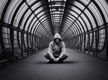 Hombre urbano de la calle en sudadera con capucha Imagen de archivo