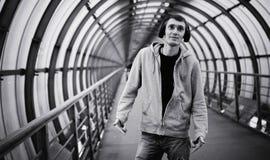 Hombre urbano de la calle en sudadera con capucha Imagenes de archivo