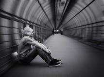 Hombre urbano de la calle en sudadera con capucha Fotografía de archivo