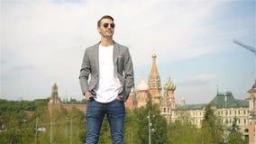 Hombre urbano joven feliz en ciudad europea almacen de metraje de vídeo