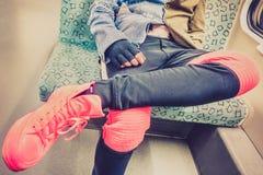 Hombre urbano que se sienta en metro - detalle ascendente cercano de la moda Imágenes de archivo libres de regalías