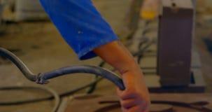 Hombre usando el compresor de aire en el taller 4k de la fundici?n almacen de metraje de vídeo