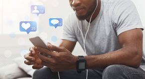 Hombre usando el teléfono con medios sociales vivos de la difusión imágenes de archivo libres de regalías
