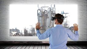 Hombre usando el vídeo de VR