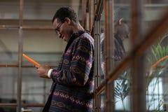 Hombre usando la tableta agarrada con una conversación en línea foto de archivo