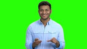 Hombre usando la tableta digital transparente almacen de video