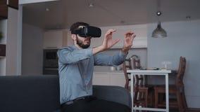 Hombre usando los vidrios virtuales y trabajo en casa con el espacio cibernético almacen de video