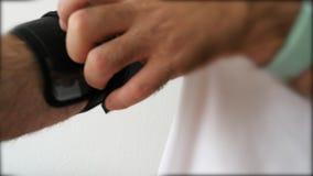 Hombre usando monitor inalámbrico de la presión arterial del brazo superior del bluetooth de Omron Evolv almacen de metraje de vídeo