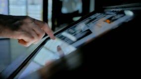 Hombre usando pantalla táctil interactiva en el museo de la historia moderna almacen de metraje de vídeo