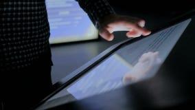 Hombre usando pantalla t?ctil interactiva en el museo de la historia moderna metrajes
