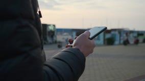 Hombre usando smartphone en camino almacen de video