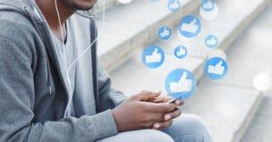 Hombre usando smartphone, jugando medios y página web sociales foto de archivo libre de regalías