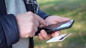 Hombre usando tarjeta móvil del smartphone y de crédito almacen de video