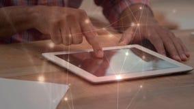 Hombre usando una tableta digital con las conexiones ligeras animadas en el primero plano stock de ilustración