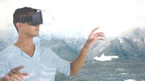 Hombre usando VR con las montañas