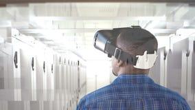 Hombre usando VR para los servidores