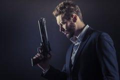 Hombre valiente con el arma peligrosa Foto de archivo libre de regalías