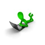 Hombre verde con la computadora portátil Foto de archivo libre de regalías