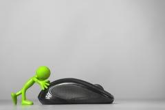 Hombre verde que empuja un ratón del ordenador. fotos de archivo libres de regalías