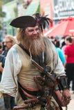 Hombre vestido en el traje elaborado Mills About Halloween Parade del pirata fotos de archivo