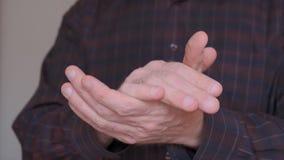 Hombre vestido en una camisa oscura que aplaude al golpe A cámara lenta almacen de metraje de vídeo