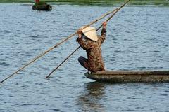 Hombre vietnamita en un barco imagen de archivo