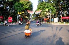 Hombre vietnamita que da los pulgares para arriba Fotos de archivo
