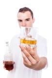 Hombre y alcohol imagen de archivo libre de regalías