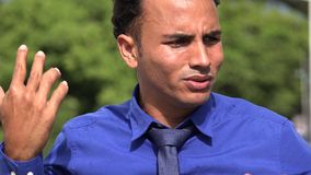 Hombre y ansiedad de negocios hispánico joven nervioso metrajes