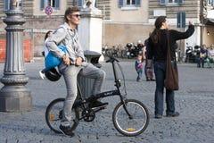 Hombre y bici en la ciudad Imagen de archivo libre de regalías