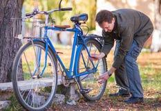Hombre y bicicleta Imagen de archivo libre de regalías