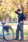 Hombre y bicicleta Foto de archivo libre de regalías