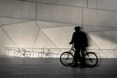 Hombre y bicicleta - calles de la ciudad en la noche - Tel Aviv, Israel Imagen de archivo