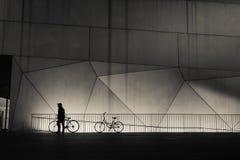 Hombre y bicicletas - calles de la ciudad en la noche - Tel Aviv, Israel Imágenes de archivo libres de regalías