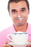 Hombre y café divertidos con crema azotada Foto de archivo