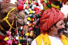 Hombre y camello Imágenes de archivo libres de regalías