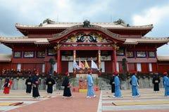 Hombre y castillo de Shuri que recorren, Okinawa Fotografía de archivo